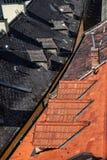 Tejado rojo y negro de la casa de la teja Fotos de archivo libres de regalías