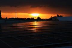 Tejado solar del picovoltio con el cielo de la puesta del sol Imágenes de archivo libres de regalías