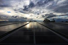 Tejado solar del picovoltio con el cielo nublado de la salida del sol Fotografía de archivo libre de regalías