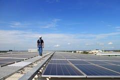 Tejado solar del picovoltio con el técnico Walking fotografía de archivo libre de regalías
