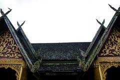 Tejado tailandés de los temple's del estilo fotos de archivo