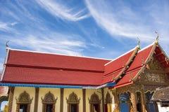 Tejado tailandés del templo con el cielo azul en el templo Tak Province, Tailandia de Phra Borommathat Fotografía de archivo libre de regalías