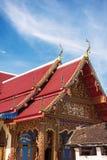Tejado tailandés del templo con el cielo azul en el templo Tak Province, Tailandia de Phra Borommathat Fotos de archivo libres de regalías