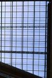 Tejado translúcido con las ventanas que reflejan el cielo azul Foto de archivo libre de regalías