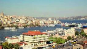 Tejado Valide Khan, puente de Galata y Yeni Cami The New Mosque en Estambul, Turquía almacen de metraje de vídeo