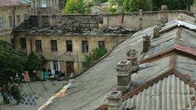 Tejado viejo con las chimeneas, as? como un tejado destruido por los fuegos en una casa vieja en la ciudad de Odessa en Ucrania almacen de metraje de vídeo