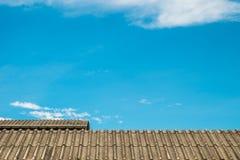 Tejado viejo y cielo azul Fotos de archivo libres de regalías