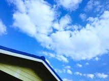 Tejado y cielo azul fotos de archivo libres de regalías