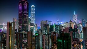 Tejados aéreos de la ciudad de la opinión de la noche de Hong Kong almacen de metraje de vídeo