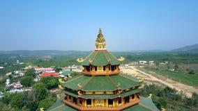 Tejados budistas de la pagoda de la ronda del movimiento aéreo del cierre contra el valle almacen de metraje de vídeo