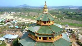 Tejados cercanos del verde de la visión de los pisos enormes de la parte superior del templo metrajes