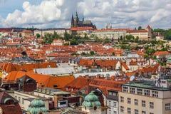 Tejados con el castillo de Praga Fotos de archivo