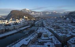 Tejados con la nieve, descripción sobre la ciudad vieja de Salzburg Imagenes de archivo