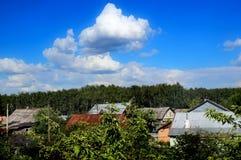 Tejados de casas de campo entre follaje verde imagen de archivo libre de regalías