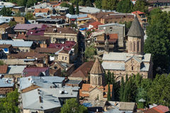 Tejados de casas en el centro de la ciudad vieja en la opinión aérea de Tbilisi de la fortaleza de Narikala, Georgia Foto de archivo
