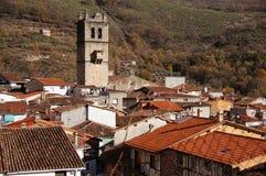 Tejados de iglesia y de torre de Garganta de la Olla. Tour et toits d'église de Garganta de la Olla Photo libre de droits