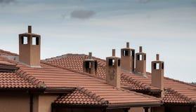 Tejados de la casa con las chimeneas Fotografía de archivo