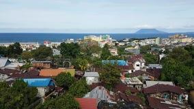 Tejados de la ciudad Manado con el mar y las islas detrás