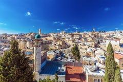Tejados de la ciudad vieja con la bóveda de la iglesia de Santo Sepulcro, Jerusalén Foto de archivo libre de regalías
