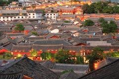 Tejados de la ciudad vieja en la noche, Yunnan, China del lijiang Foto de archivo