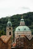 Tejados de la iglesia en Praga imágenes de archivo libres de regalías
