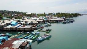 Tejados de las casas y de los barcos de los pescadores en el mar