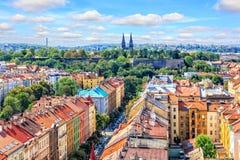 Tejados de los edificios viejos de Praga y la basílica de San Pedro y de S fotos de archivo