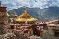Tejados de oro del monasterio tibetano Imágenes de archivo libres de regalías