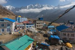 Tejados de pensiones deliciosas en el pueblo Kyangjin Gompa fotos de archivo libres de regalías