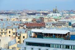 Tejados de St Petersburg, visión desde la columnata de la catedral del ` s del St Isaac en el centro histórico de la ciudad Fotos de archivo libres de regalías