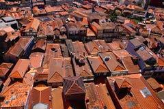 Tejados de teja anaranjados de las casas Fotografía de archivo libre de regalías