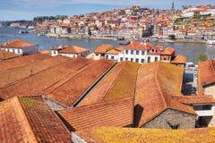 Tejados de teja en la ciudad vieja de Oporto imagen de archivo libre de regalías