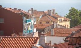 Tejados de teja en Pomorie, Bulgaria imagen de archivo