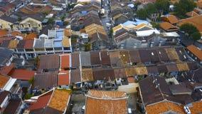 Tejados de teja roja en la parte histórica de la ciudad de Georgetown en la isla de Penang, Malasia Silueta del hombre de negocio almacen de video