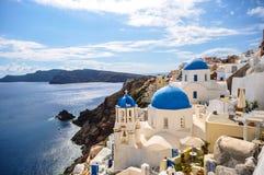 Tejados del azul de Santorini Imagen de archivo