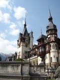 Tejados del castillo romántico de Peles, Transilvania Foto de archivo libre de regalías