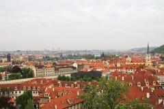 Tejados del ladrillo rojo de Praga. Fotos de archivo