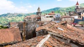Tejados e iglesias en la ciudad de Castiglione di Sicilia fotos de archivo libres de regalías