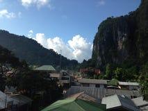 Tejados entre las montañas grandes fotografía de archivo