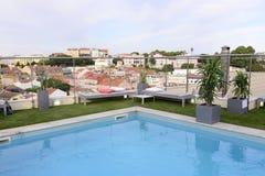 Tejados fondo, piscina del último piso, terraza de lujo del ático, Imagenes de archivo