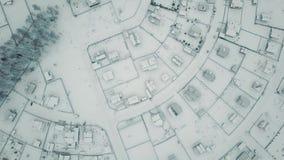 Tejados maravillosos aéreos del pueblo del invierno de la opinión superior del tiro de la rotación de las casas cubiertas por la  metrajes