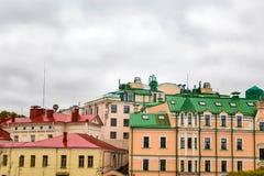 Tejados multicolores de edificios de varios pisos viejos en St Petersburg imagen de archivo libre de regalías
