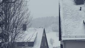 Tejados Nevado de las casas de la familia Calle de la ciudad de la montaña, calamidad de la nieve del pueblo almacen de video