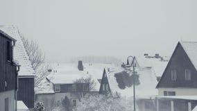 Tejados Nevado de las casas de la familia Calle de la ciudad de la montaña, calamidad de la nieve del pueblo metrajes