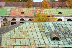 Tejados oxidados de las casas viejas, Rostov, región de Yaroslavl, Rusia fotos de archivo