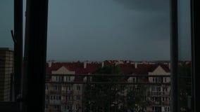 Tejados que se inclinan de las casas de ciudad en la tempestad de truenos y el relámpago almacen de metraje de vídeo