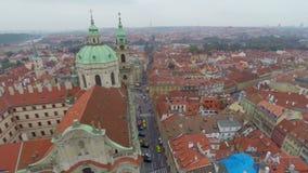 Tejados rojos coloridos, calles de Praga, tiro aéreo de la ciudad vieja metrajes
