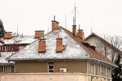 Tejados rojos de casas residenciales en invierno Imagen de archivo libre de regalías