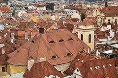 Tejados tejados rojos de las casas en la vieja parte de la ciudad Pragu Foto de archivo libre de regalías