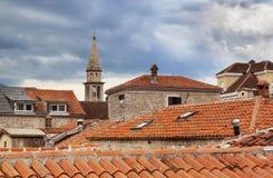 Tejados rojos en la ciudad vieja de Budva, día nublado Montenegro Imagen de archivo libre de regalías